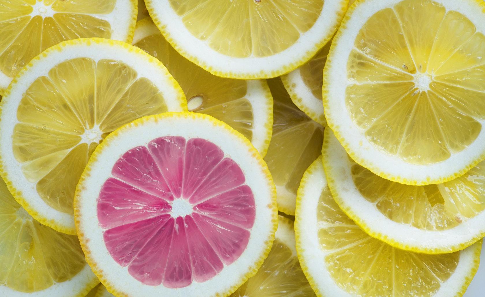 ECommerce , differenziarsi dalla concorrenza, come un limone rosa in mezzo a tanti limoni gialli
